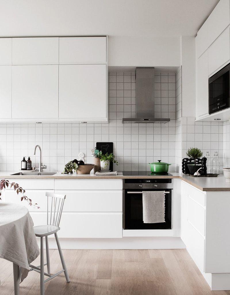 Подвесные шкафы до потолка кухни в стиле минимализма