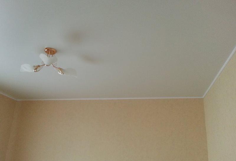 Гладкая поверхность светлого потолка кухни в хрущевке
