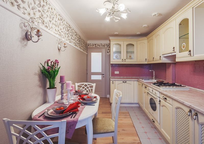 Интерьер розовой кухни в деревенском стиле