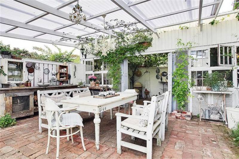 Летняя кухня с деревянной мебелью в деревенском стиле