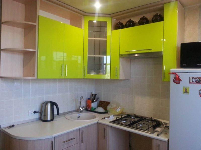 Салатовые фасады подвесных шкафов кухонного гарнитура