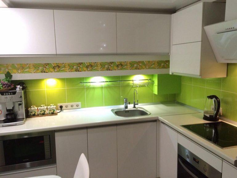 Точечная подсветка кухонного фартука салатового цвета
