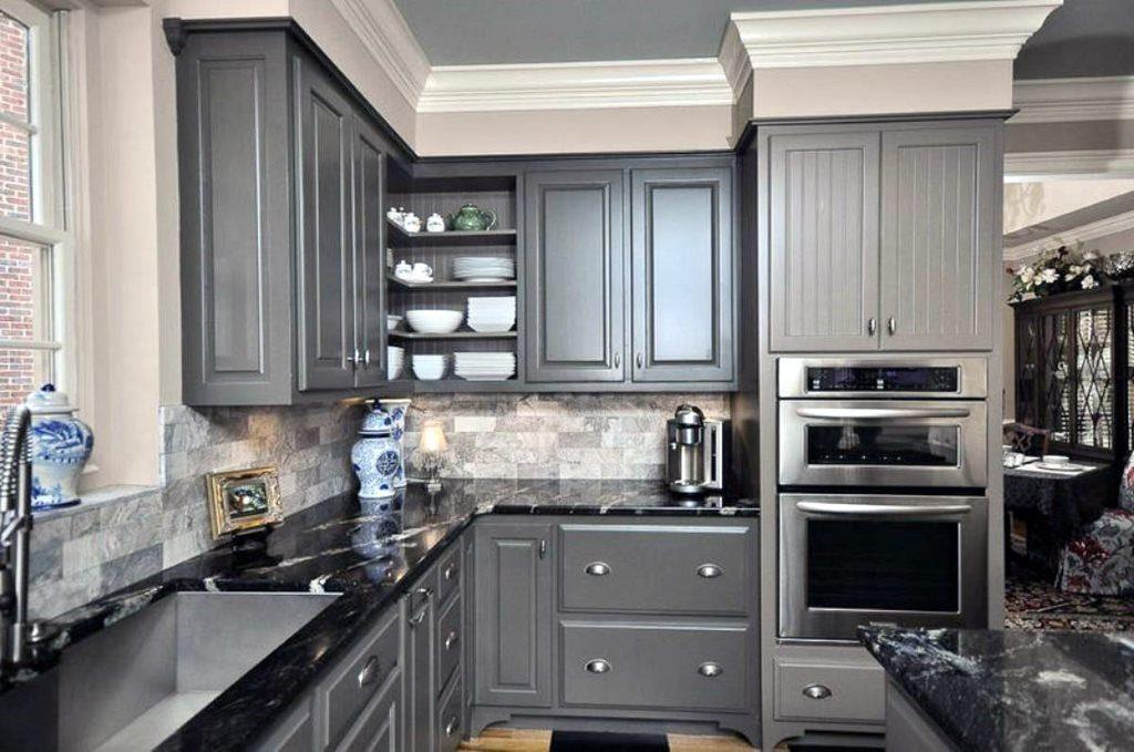 Угловая кухня с серыми фасадами из дерева
