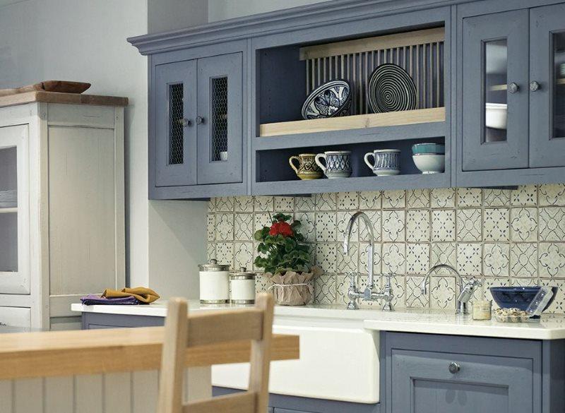 Керамическая плитка квадратной формы на кухонном фартуке
