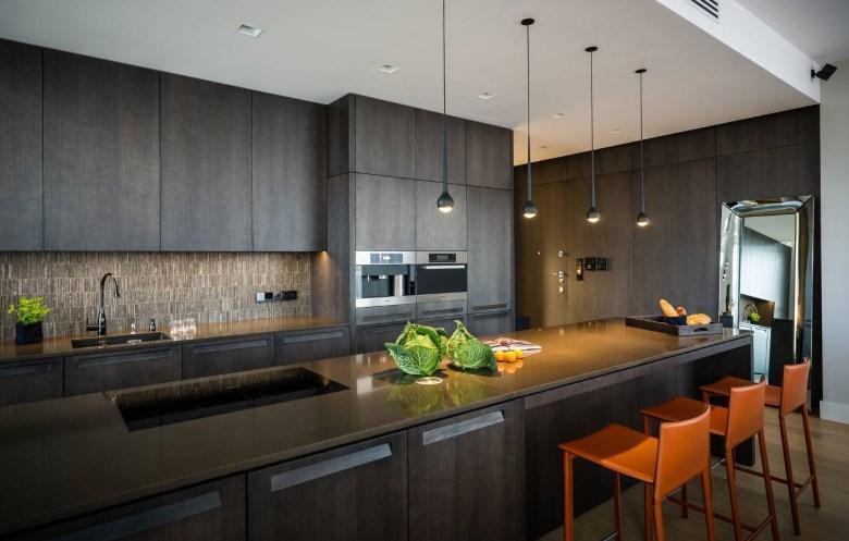 Серый гарнитур с ровными фасадами на кухне хай-тек