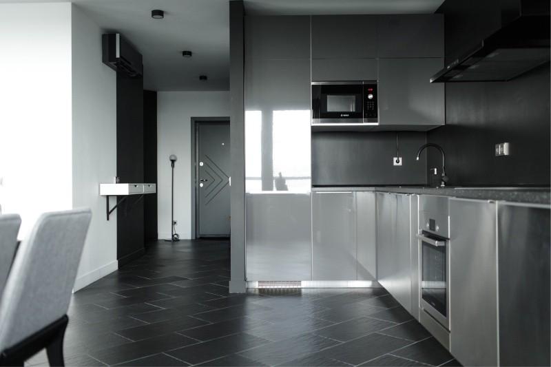Серая кухня с техникой встроенного типа