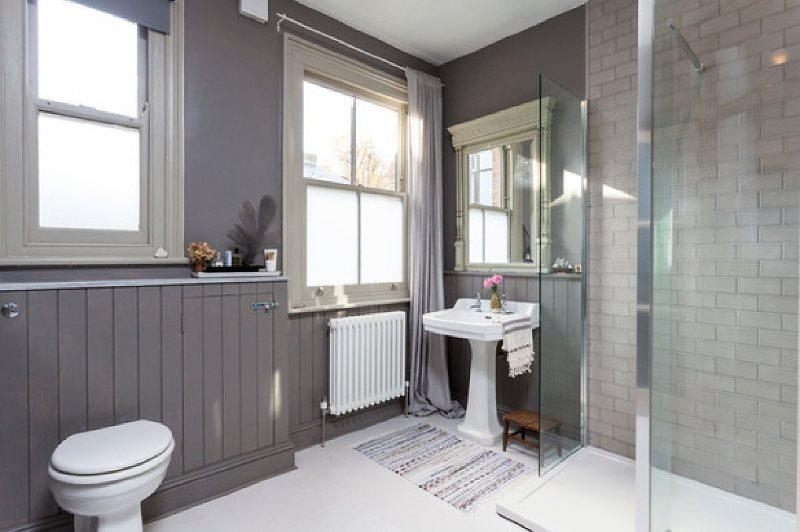 Серые стены ванной в загородном доме