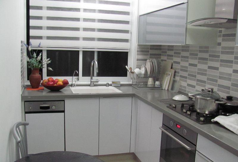 Рулонные шторы день-ночь в малогабаритной кухне