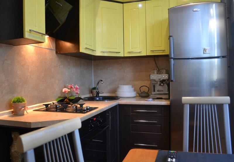 Серый холодильник в угловой кухне хрущевки