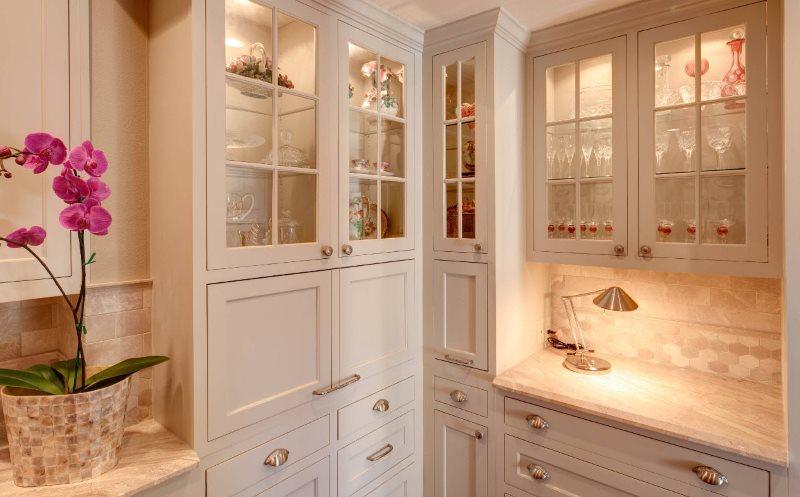 Угловые шкафы с подсветкой на кухне площадью в 9 квадратов