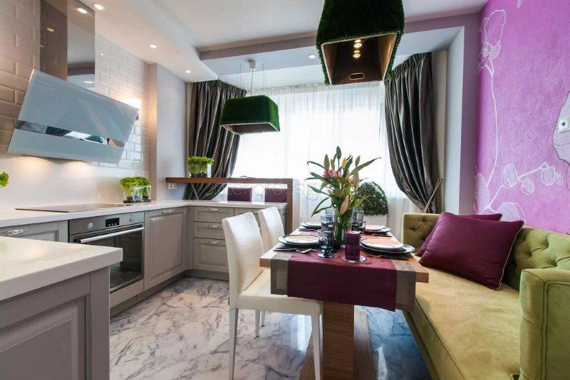 Сиреневые обои на стене кухни с диваном