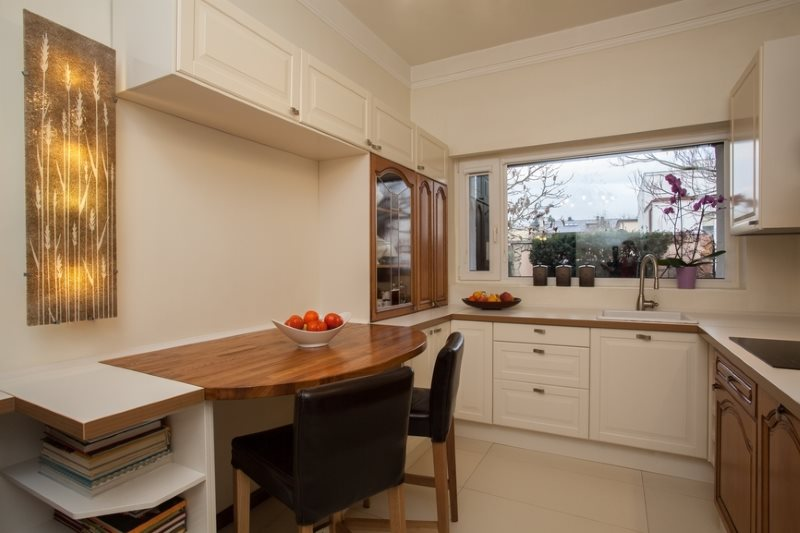 Стулья цвета шоколада в кухне с деревянным столом