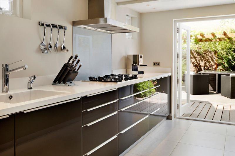 Шоколадные фасады гарнитура в кухне без навесных шкафов