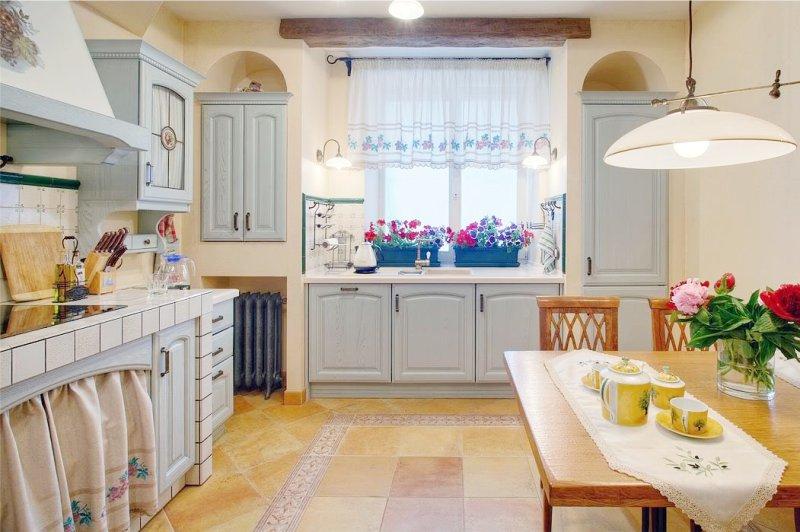 Встроенные шкафчики с деревянными дверцами возле кухонного окна