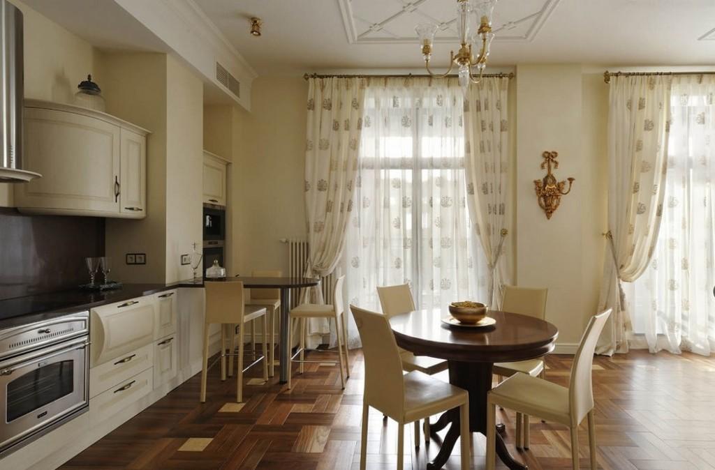 Занавески из легкой ткани на кухонных окнах