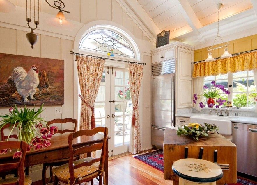 Декор кухонной двери шторами из натуральной ткани