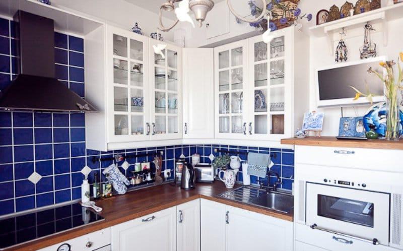 Синяя плитка квадратной формы на кухонном фартуке