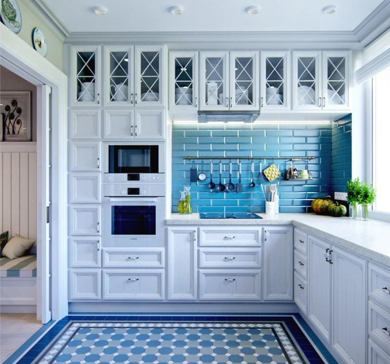 Синий фартук в кухне с белым гарнитуром