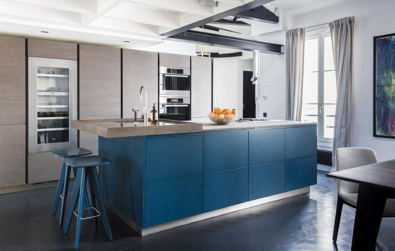 Синяя мебель в интерьере кухни в стиле минимализма