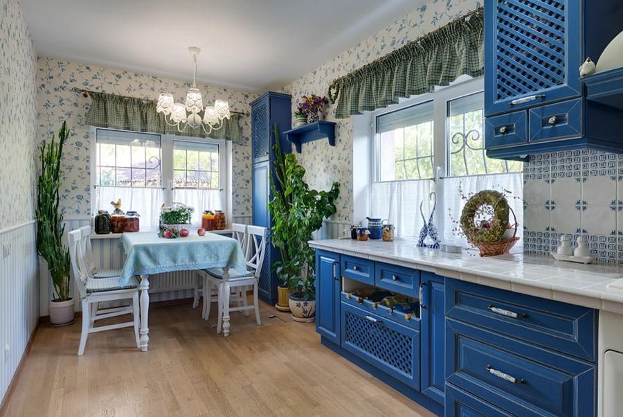 Линейная кухня с мебелью синего цвета
