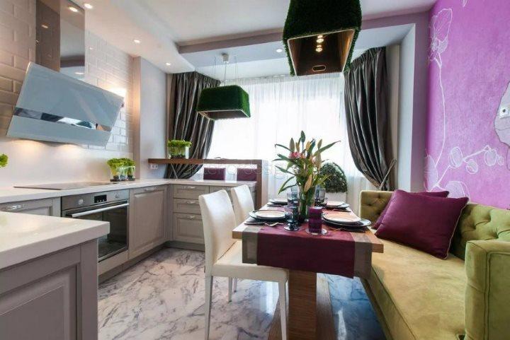 Прямой диван с зеленой обивкой в кухне с серыми шторами