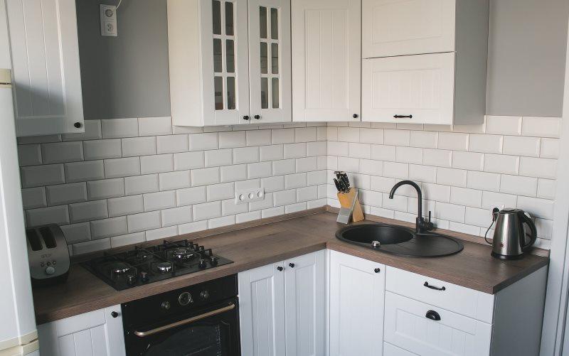 Плитка кабанчик на фартуке кухни в скандинавском стиле