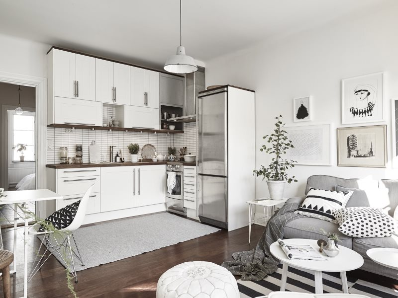 Белая кухня с серым диваном в скандинавском стиле