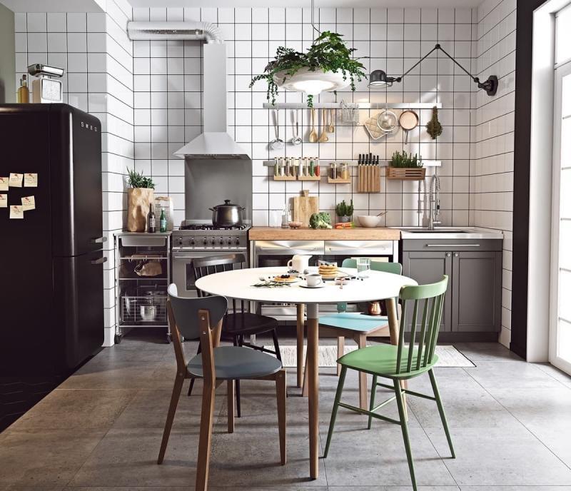 Разные стулья вокруг обеденного стола кухни