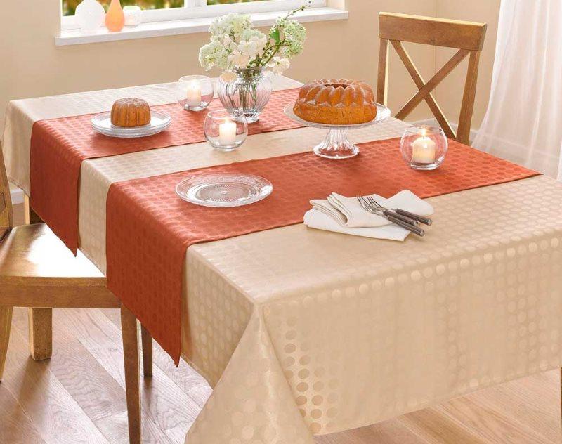 Декорирование кухонного стола скатертью-дорожкой