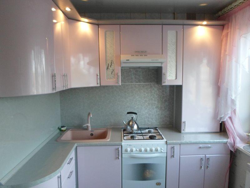 Угловая кухня хрущевки со скрытой газовой колонкой