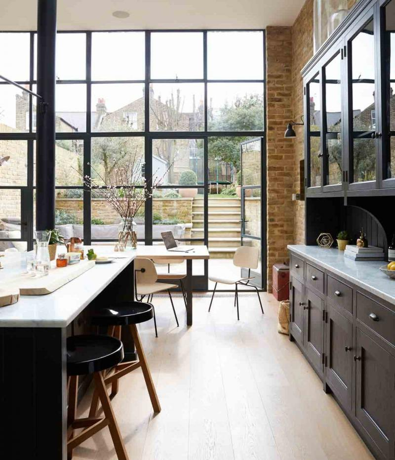 Светлый пол кухни с большими окнами