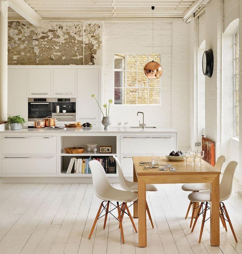 Стол из дерева в обеденной зоне кухни в скандинавском стиле