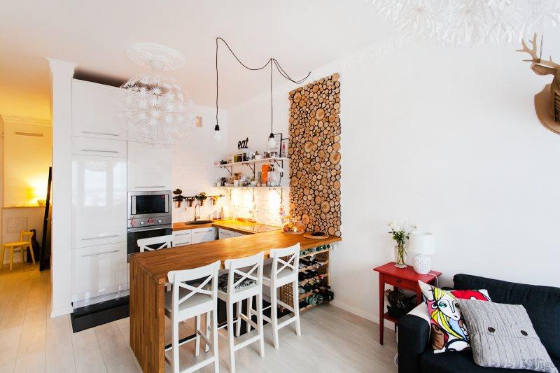 Панно из спилов на белой стене кухни