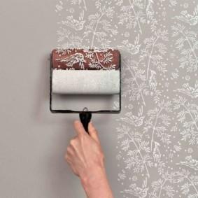 Окраска стены ванной текстурным валиком