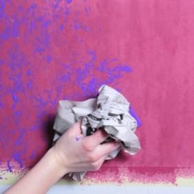 Декоративная окраска стены с помощью мятой бумаги