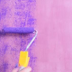 Декоративная поверхность стены после нанесения краски специальным валиком