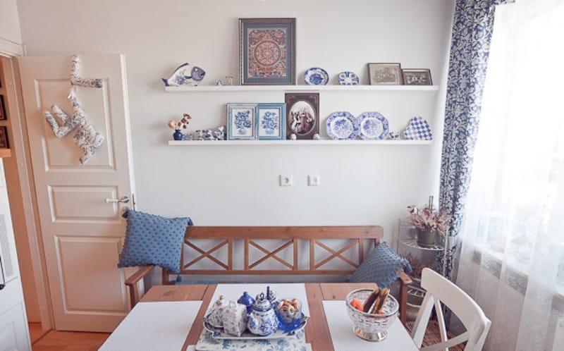 Декорирование белой стены кухни расписными тарелками
