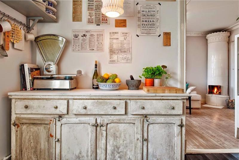 Старинные весы на столе кухни в стиле кантри