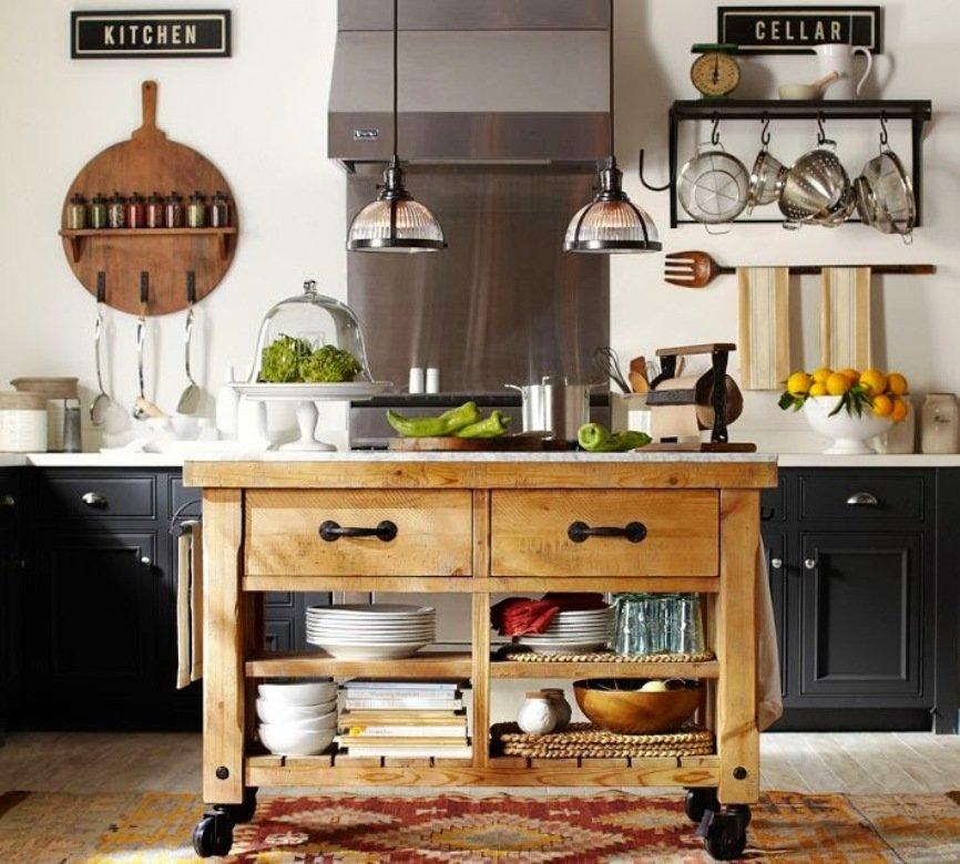 Открытые полки с посудой в передвижном кухонном столике