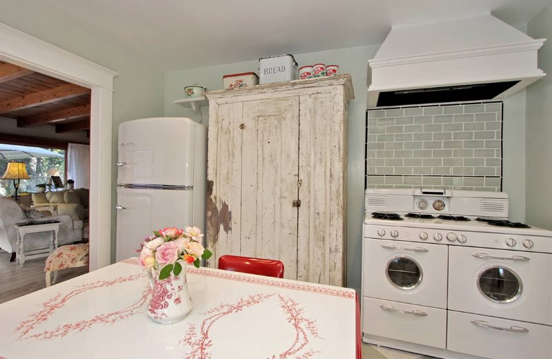 Потертые поверхности старого кухонного шкафа
