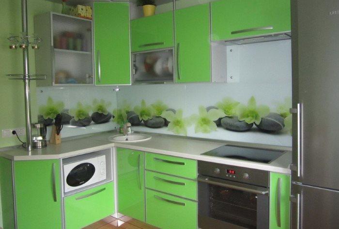 Стеклянный фартук на кухне с угловым гарнитуром