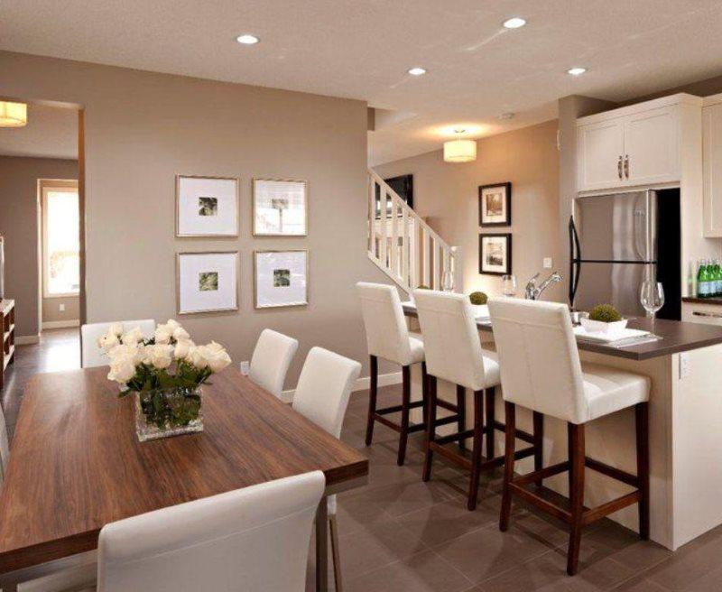 Белая мебель в кухне со стенами оттенка капучино