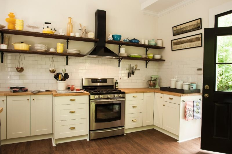 Открытые полки на белой стене кухни