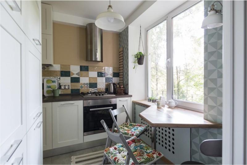 Обеденный столик вместо подоконника в маленькой кухне