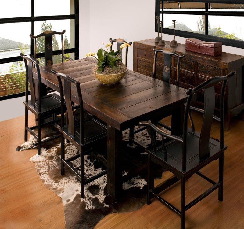 Массивный стол из дерева в кухне японского стиля