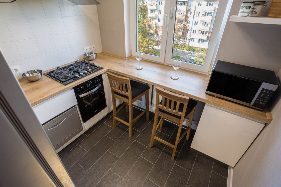 Рабочий стол вместо подоконника в маленькой кухне