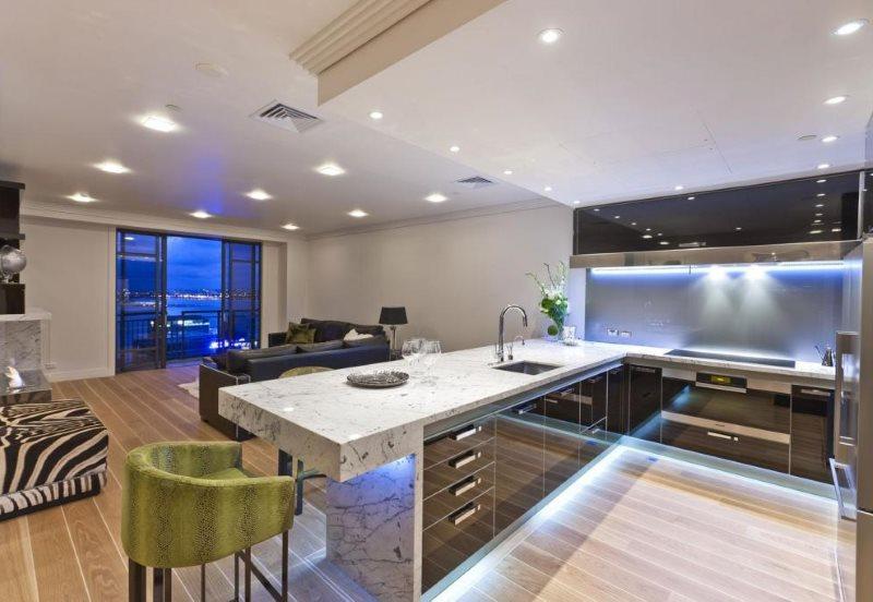 Встроенные светильники на потолке кухни в стиле хай-тек