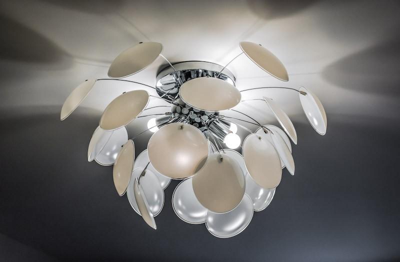 Светильник в виде цветка на потолке кухни-гостиной