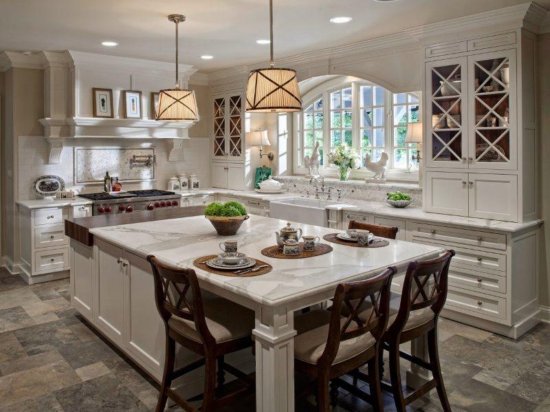 Кухонный остров с мраморной столешницей в частном доме
