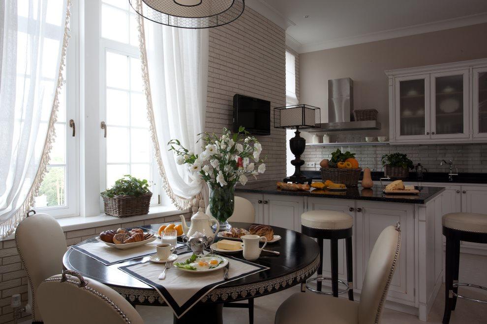 Легкая штора из белой ткани в обеденной зоне кухни